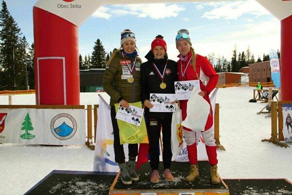 Mária Remeňová (v strede) vyhrala slovenský titul v biatlone i v behu na lyžiach.