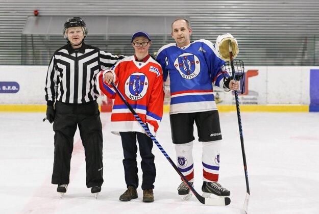 Mútňania pripravili začiatkom stretnutia milú slávnosť. Kapitán František Vaterka odovzdal Tomášovi Bugajovi, ktorý je postihnutý Downovým syndrómom, dres, čiapku, hokejku a puk.