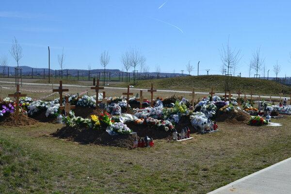 Mramorové hroby by chceli nahradiť hrobmi zelenými.