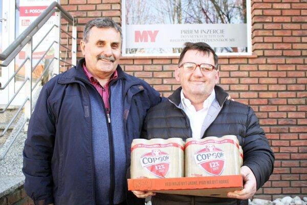 Pre kartón piva Corgoň si prišiel Štefan Mravík (vpravo) zo Žitavian. Vľavo jeho kamarát Miroslav Kováč. Na pivo sa údajne môžu tešiť aj futbalisti Iskry. Radosť bude mať aj Štefanov otec, 88-ročný Michal Mravík, bývalý futbalový funkcionár v Žitavanoch.
