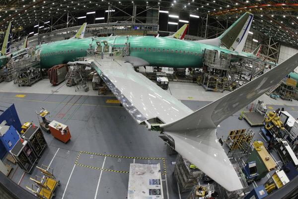 Technici kompletizujú Boeing 737 Max 8 v Rentone.