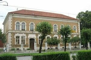 V blízkosti radnice je verejná knižnica Jána Bocatia.