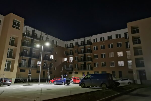 Väčšina nájomných bytov na ulici Antona Prídavka bola aj po niekoľkých mesiacoch od začatia prideľovania prázdna.