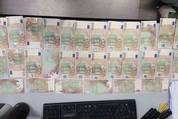 Policajti už mladíka obvinili zo zločinu falšovania, pozmeňovania a neoprávnenej výroby peňazí a cenných papierov.