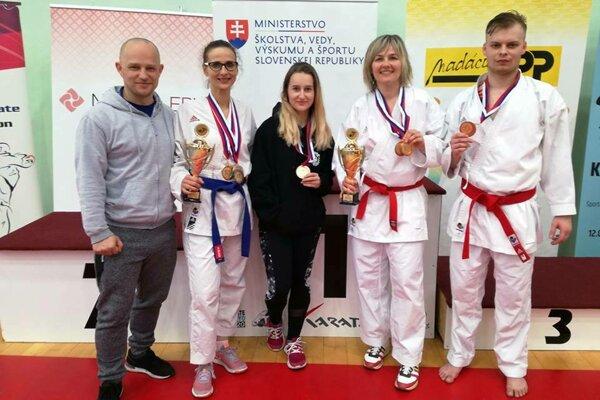 Majstrovstvá Slovenska (zľava): tréner Tomáš Kleman, Alžbeta Krátka, Emma Sommerová, Renáta Winklerová, Martin Gažík.