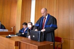 Taliansky podnikateľ na súde s obhajcami.