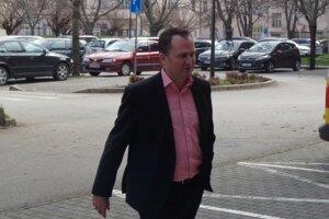 Peter Paška prichádza na Krajský súd v Trnave.