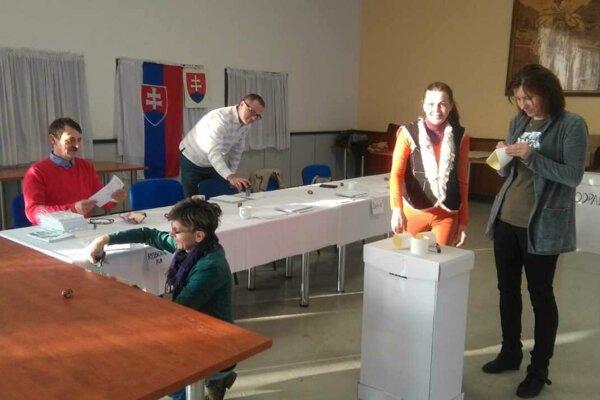 V Turanoch sa členovia okrskových komisií zišli u šiestej ráno. Pečiatkovali obálky, zapečatili volebnú urnu.