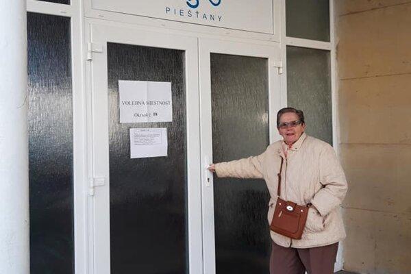 Prvou voličkou v miestnosti číslo 18 bola pani Jozefa Hodulová.