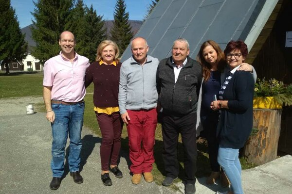 Členovia okrskovej komisie na Kolónii Hviezda pod Martinskými hoľami. Michal Floriš je prvý zľava.
