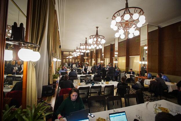 Atmosféra medzi novinármi v bratislavskom hoteli Devín.