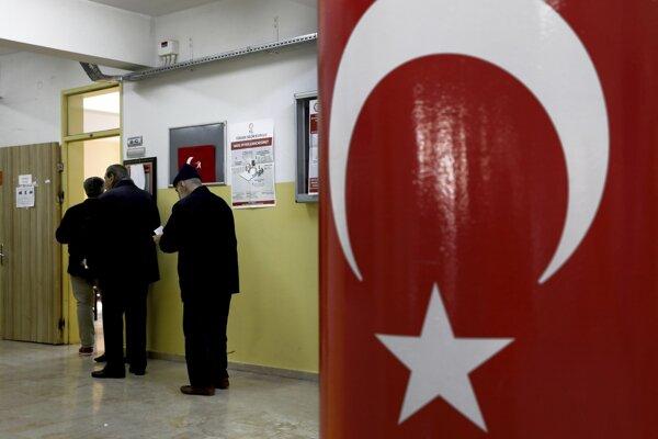 V Turecku sa v nedeľu konajú komunálne voľby, v ktorých sa vláda prezidenta Recepa Tayyipa Erdogana usiluje upevniť si kontrolu nad mestami a obcami.