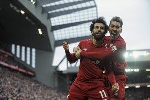 Mohamed Salah (vľavo) oslavuje gól proti Tottenhame so spoluhráčom Robertom Firminom.