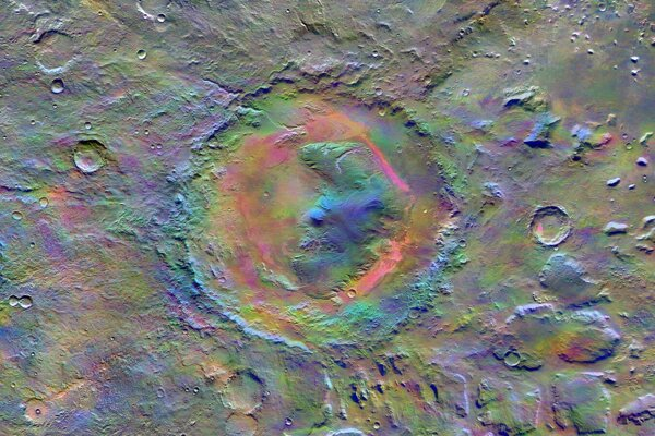 Kráter Gale, ktorý skúmal rover Curiosity. Pri ňom namerali zvýšené hodnoty metánu. Záber je vo falošných farbách, vedci tak vedia určiť geologicky zaujímavé oblasti.