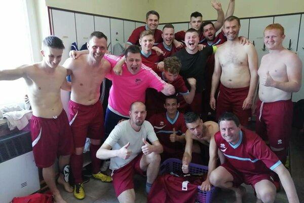 Futbalisti Haliče po výhre v Biskupiciach.