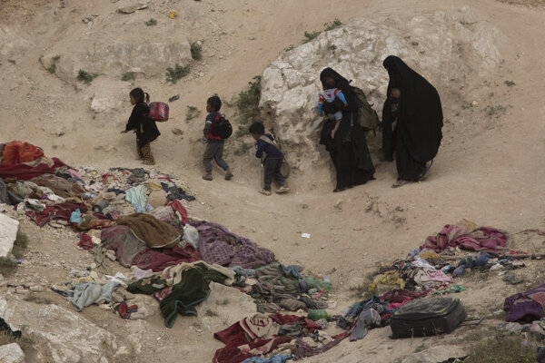 Civilisti unikajú z obce Baghúz.