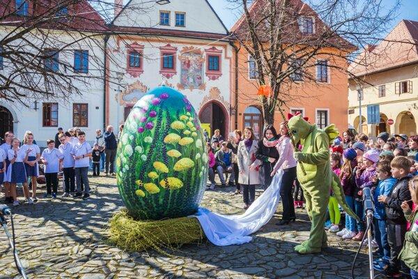 Obrovské farebné vajce odhalil na bardejovskom námestí drak.