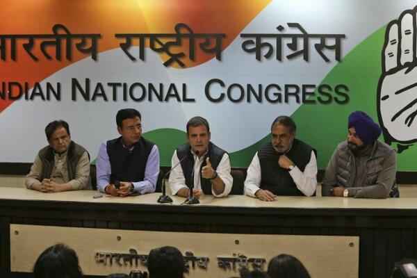 Predseda hlavnej opozičnej strany Indický národný kongres Ráhul Gándhí (v strede).
