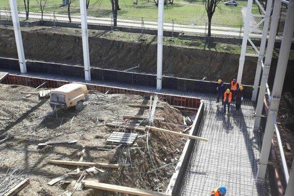 Práce na výstavbe plavárne pokračujú.