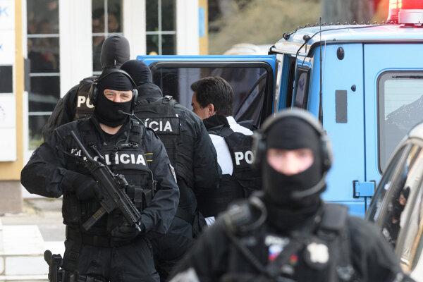 Mariana Kočnera privádzajú na výsluch na NAKA v Nitre.