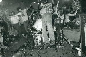 Kurt už v začiatkoch demoloval aparatúru a hádzal sa do bicích.