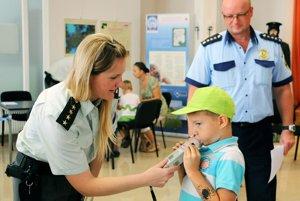 Deti si skúšajú odmerať alkohol v dychu.