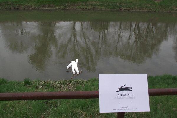 Figurína v rieke.