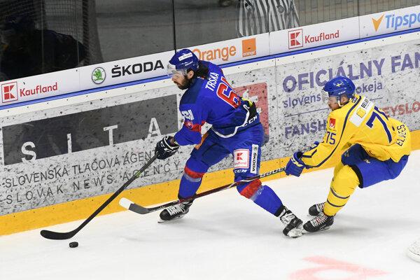 Zľava: Peter Trška zo Slovenska a Lucas Elvenes zo Švédska počas prípravného zápasu pred majstrovstvami sveta (MS) 2019 v ľadovom hokeji medzi Slovensko – Švédsko v Topoľčanoch.