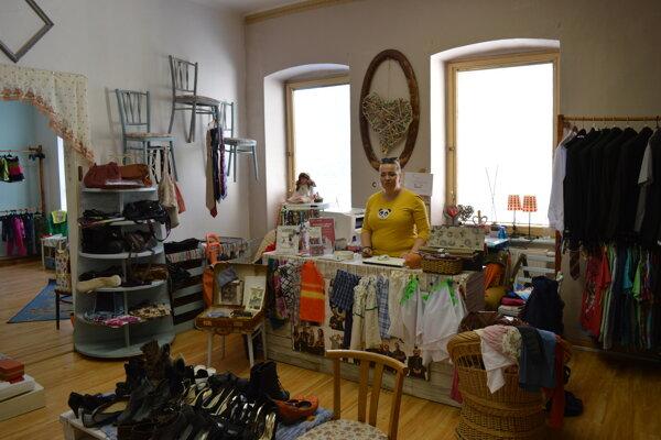 Charity shop zatiaľ ešte sídli na Jarkovej ulici. Viki Potášová verí, že nové priestory pre ich obchod sa podarí čoskoro nájsť.