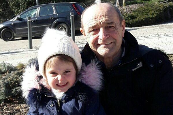 Ladislav Slávik s vnučkou Nelkou.