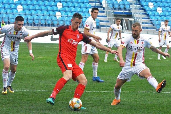 Futbalisti Serede prehrali aj tretí zápas v nadstavbovej časti. V červenom drese Marek Kuzma.