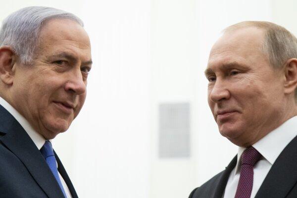 Izraelský premiér Benjamin Netanjahu (vľavo) a ruský prezident Vladimir Putin (vpravo) počas stretnutia v Moskve.