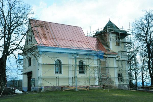 Kaplnka ustála vyčíňanie vandalov, aj zámer počas socialistickej výstavby, keď ju mali zbúrať. Vážne ju poškodil požiar minulý rok. Záchrana pokračuje.