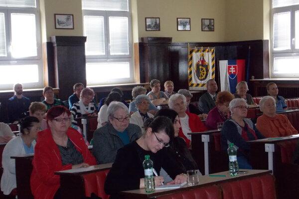 Na seminári boli najmä seniori. Zúčastnili sa ho aj mestskí policajti asamospráva.