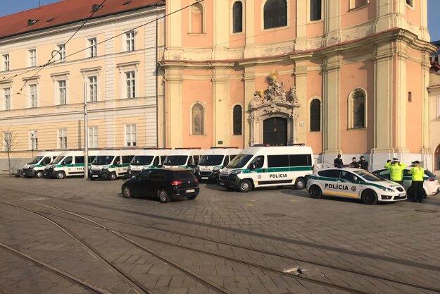 Pripravená polícia neďaleko budovy Najvyššieho súdu.