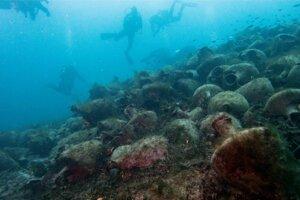 Potápači počas návštevy vraku.