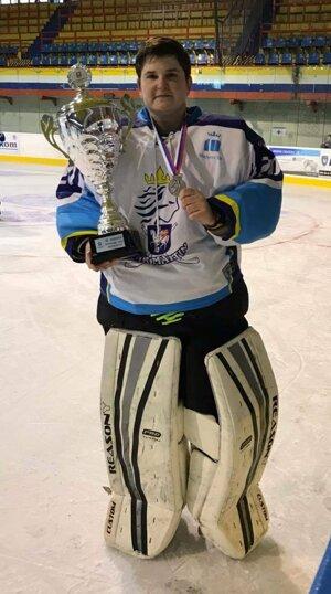 Daniela Zuziaková s pohárom za druhé miesto v hokejovej lige žien.