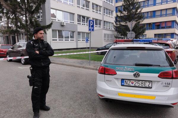 Policajti budovu ohradili páskami.