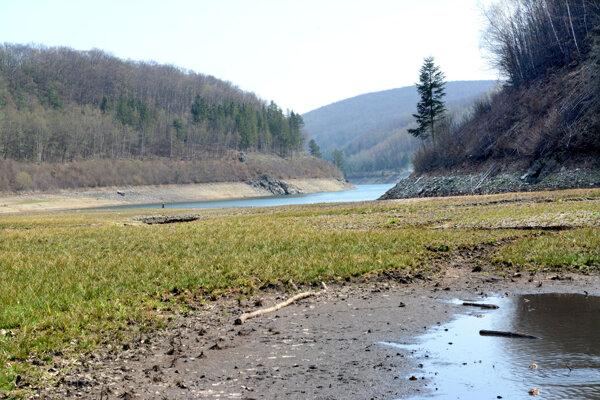 Vo vodárenskej nádrži Bukovec sa nachádzajú tony sedimentov, na ktoré upozornil Michal Kravčík.