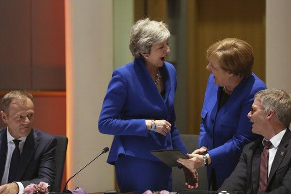 Mayová a Merkelová pred summitom vtipkovali. Šéf európskej rady Donald Tusk (vľavo) sa už veľmi nesmial.