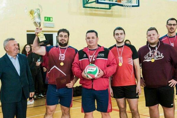 Po ročnej odmlke je víťazný pohár znova v rukách volejbalistov Trstenej.