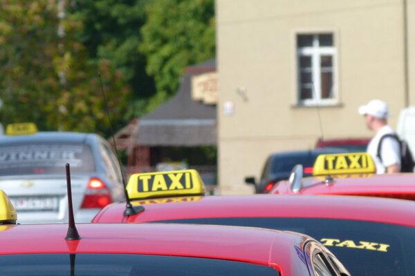 Zabávač a imitátor robí taxikára v Leviciach.