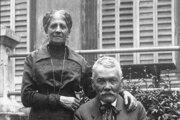 Pavol Országh Hviezdoslav s manželkou Ilonou na zámku v Krnči počas účasti na slávnostiach 50. výročia vzniku Národního divadla, 1918,