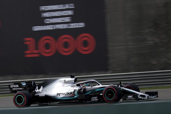 Lewis Hamilton z Mercedesu počas prvého tréningu na Veľkú cenu Číny.