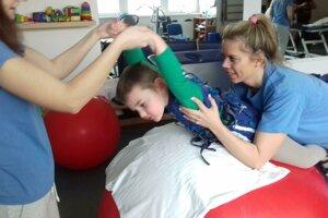 Jožko je veľký bojovník. Rehabilitácie mu veľmi pomáhajú. Nie je to však jednoduché.