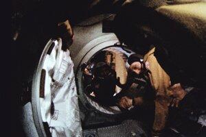 Historické stretnutie amerického astronauta Thomasa P. Stafforda (vpravo v popredí) a sovietskeho kozmonauta Alexeja Leonova pri spojení lodí Apollo a Sojuz 17. júla 1975. Potrasenie rukou symbolicky naznačovalo spoluprácu oboch veľmocí vo vesmírnych programoch.