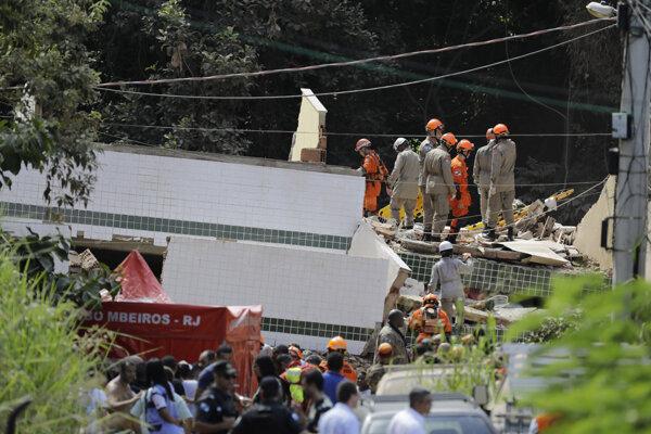 Záchranné práce po kolapse budov v Riu de Janeiro.