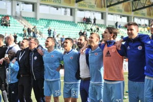 Hráči ŠK Slovan Bratislava sa radujú zo zisku titulu.