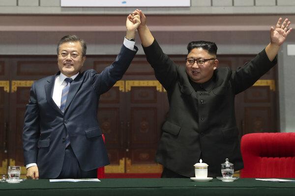"""Juhokórejský prezident Mun Če-in (vľavo) a severokórejský vodca Kim Čong-un zdravia obyvateľov po sledovaní predstavenia """"The Glorious Country"""" na štadióne May Day v Pchjongjangu 19. septembra 2018."""