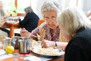 Odborník tvrdí, že seniori nemajú v strave dostatok vápnika.